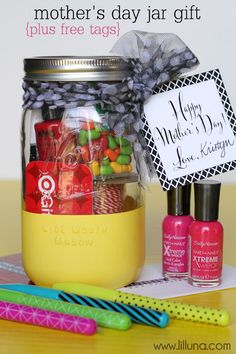 Super cute and easy Mother's Day Jar gift. Free tags on { lilluna.com }
