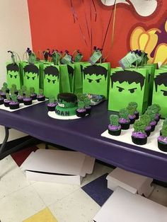 Hulk Birthday Party Party bags cupcakes and cake Hulk Birthday Cakes, Hulk Birthday Parties, Superhero Birthday Party, Birthday Party Decorations, 4th Birthday, Llama Birthday, Birthday Ideas, Avenger Party, Incredible Hulk Party