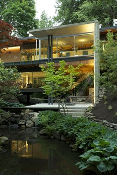 Esta casa em Vancouver, no Canadá, foi planejada especialmente para estar integrada à exuberante mata que a cerca. Não à toa os arquitetos responsáveis pelo projeto criaram grandes planos envidraçados e numerosas varandas de madeira que reforçam a intensa conexão com a natureza.