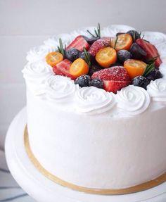 Бисквит красный бархат, прослойка из сливочно-творожного крема и ягодного конфитюра. Автор Instagram.com/varshulya