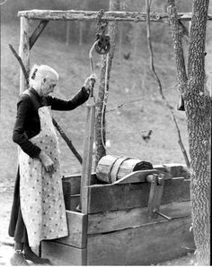 "A woman drawing water from the well in the Appalachian Mountains in the early Do any of you remember going to 'fetch water' from the well? Hit ""Share"" to pass on the memory from > Old Photo Archive Vintage Pictures, Vintage Images, Vintage Ads, Great Photos, Old Photos, Pop Art, Tennessee Valley Authority, New Farm, Appalachian Mountains"