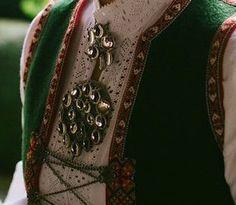Sunnfjordbunad Folk Fashion, Lady Dior, Brooch, Folklore, Norway, Bags, Jewelry, Handbags, Bijoux