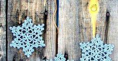 Boa tarde gente!     Já estão decorando a casa para o natal?     Que tal fazer esses ornamentos e decorar criando um varalzinho ou enfe... Granny Square Crochet Pattern, Crochet Patterns, Xmas Ornaments, Good Afternoon, Holiday Ornaments, Crochet Granny, Crochet Stitches, Crocheting Patterns, Shawl Patterns