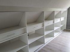 Indeling kast op zolder Attic Bedroom Storage, Attic Master Bedroom, Attic Bedroom Designs, Loft Storage, Attic Closet, Attic Rooms, Closet Bedroom, Storage Spaces, Attic Renovation