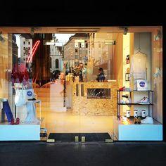 Seit gestern geöffnet der Artisan Popupshop @coco.monaco direkt am Marienplatz. Dort gibt es vor allem Mode Kosmetik Möbel und Food zu kaufen. Passend zur Wiesn sogar Bierkrüge. Ein wilde Mischung? Passt aber ganz wunderbar zusammen. #marienplatz #cocomonaco #münchen #muenchen #design #shop #kosmetik #food #interiordesign #fashion #mode #geschenke #popup