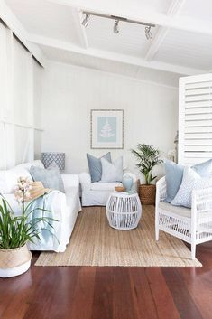 From tired old worker's cottage to light and airy Hamptons style Queenslander. See the renovation of this home by Kerri Shipp for Driftwood Interiors Home renovation: From humble worker's cottage to stunning Hamptons style home. Hamptons Style Bedrooms, Hamptons Style Decor, Hamptons House, Hamptons Beach Houses, Hamptons Living Room, Rustic Home Interiors, Cottage Interiors, Style At Home, Queenslander House