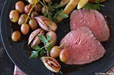Würziger Rindslungenbraten mit Schalotten-Trauben-Gemüse und Schupfnudeln