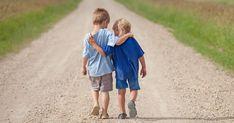 Manieren sind der Grundstein für ein gutes Miteinander. Fünf Tipps, wie Sie Ihrem Kind kindgerecht und nachhaltig Manieren vermitteln können.