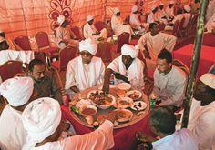 Cena de um casamento tradicional no Sudão. Um almoço para centenas de convidados do pai do noivo. O casamento dura 3 dias e inclui este banquete.   Haroldo Castro