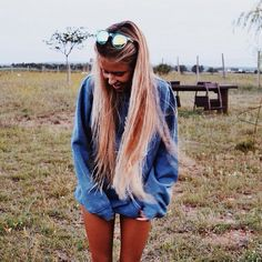 Pinterest: Sofia Zambra Messy Hairstyles, Pretty Hairstyles, Pretty Hair Color, Solo Pics, Hair Flip, Poses, Girls Makeup, Love Hair, Cut And Color