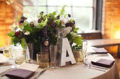 Puede utilizar simplemente letras. Ideas originales para numerar mesas de Boda. Imagen: Style Me Pretty
