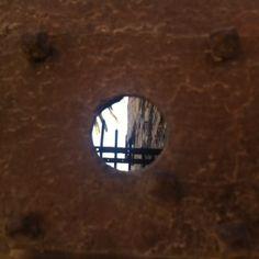 un paisatge a través d'un forat