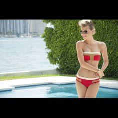 Bikini straples coral con franja khaki y blanca