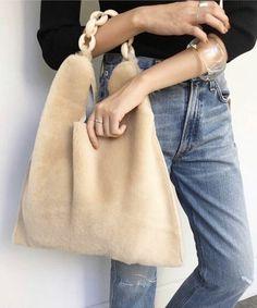 Nilüfer's second handbag. Good G… – Bag İdeas Diy Fashion, Fashion Details, Fashion Bags, Style Fashion, Fur Purse, Fur Bag, Sac Week End, Diy Sac, Fur Accessories