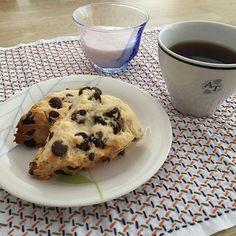 おやつっぽい朝ごはん。 . 食材がすっからかんで、何とかスコーンの材料ならあったので、久しぶりに焼いてみました。 . オーブンレンジを新しくしてから初めて焼いたので、美味しくできました。 . . . #朝食 #スコーン #チョコ入りスコーン #チョコチップスコーン #サクサク #サクサク食感 #刺し子 #刺し子ふきん #刺し子の花ふきん #刺し子のある暮らし #いちごプリン #暮らしを楽しむ #生活を楽しむ #日々の記録 #日々の暮らし #日々のこと #日々の生活