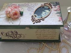 Caixa em MDF decorada com pátina, papel de scrap, carimbos (texto e arabesco), pérolas, flores, chipboard de moldura e personalizada com fotografia (cópia a laser).