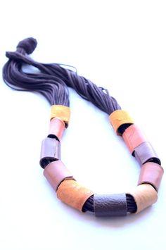 Colar feito artesanalmente em fios de algodão e couro ou tecido. Tamanhos e cores personalizadas.