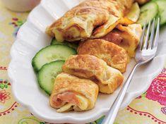 Superenkel omelett som fylls med lagrad ost och salami. 457 kcal/portion Recipe For Mom, Lchf, Crepes, Food And Drink, Menu, Chicken, Breakfast, Ethnic Recipes, Moms Food