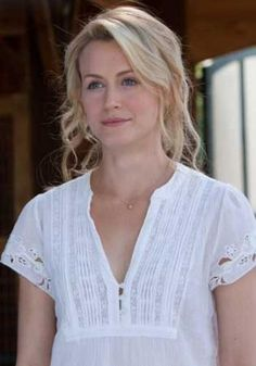 Still of Taylor Schilling in The Lucky One She is gorgeous! I love her look in this movie. i want her shirt Taylor Schilling Hair, The Lucky One Movie, Sparks Movies, Alex And Piper, She Is Gorgeous, Hello Beautiful, Absolutely Stunning, Good Looking Women, Nicholas Sparks