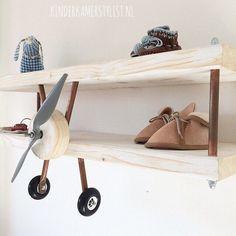 Vliegtuig wandplank | via http://kinderkamerstylist.nl #babynurserydecor