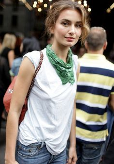 Porté en mode froissé, le bandana gagne en casualness (Andreea Diaconu)