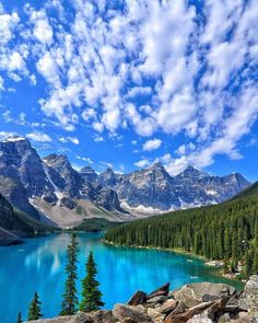 Around the world with me - Moraine Lake - Banff National Park - Alberta Canada Moraine Lake, Banff National Park, National Parks, Voyager Malin, Wonderful Places, Beautiful Places, Travel And Leisure, Nature Pictures, Landscape Photos
