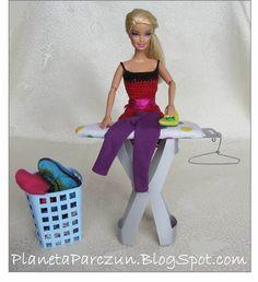 PLANETA PARCZUN: Kosz na bieliznę, wieszaki, żelazko i deska do prasowania dla Barbie (tutorial).