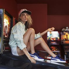 Cara Delevingne Pose for PUMA Basket Heart Denim 2017 Campaign Cara Delevingne Style Casual, Cara Delavine, Style Tumblr, Puma Basket Heart, Style Grunge, Style Outfits, Belle Photo, Look Fashion, Photography Poses