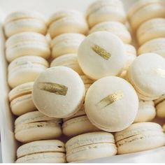 These white and gold #macarons would make for the perfect #weddingfavor or addition to a #desserttable!  Via: @crisskitchen