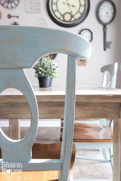 Fantastic step by step tutorial working with and distressing chalk paint.