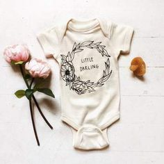 Baby clothes should be selected according to what? How to wash baby clothes? What should be considered when choosing baby clothes in shopping? Baby clothes should be selected according to … So Cute Baby, Cute Baby Clothes, Cute Babies, Baby Kids, Cute Baby Onesies, Organic Baby Clothes, Toddler Girls, Baby Girl Onesie, Hippie Baby Clothes