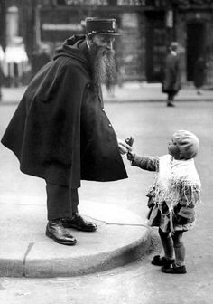 A little girl hands a posy of lilies to a police officer on duty at the Porte Saint-Denis in Paris, circa 24 Vintage Pictures Of Paris Life In The Vintage Paris, Paris 1920s, Old Paris, Retro Vintage, Paris Pictures, Vintage Pictures, Retro Images, Black White Photos, Black And White Photography