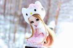 Kitty on fence ♥ Fence, Hello Kitty, Christmas Ornaments, Holiday Decor, Christmas Jewelry, Christmas Decorations, Christmas Decor