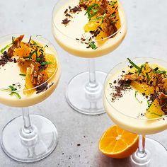 Det finns inget som doftar lika mycket jul som en clementin. I detta recept får denna älskade citrusfrukt sätta smak på en annan älskad dessert, pannacotta. Resultatet blir en julig pannacotta med grädde som serveras med krispig solroskrokant och mörk choklad. Desserts In A Glass, Great Desserts, Delicious Desserts, Dessert Recipes, Dessert Shots, Holiday Appetizers, Christmas Desserts, Food Inspiration, Food Porn