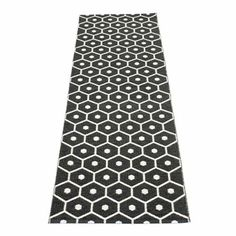 The lovely Honey rug from Pappelina is made of woven plastic and has a fine honeycomb pattern. The rug is available in different colors and sizes and is reversible which gives it two different looks. Use the rug in the hallway or kitchen and combine it with details in similar colors.