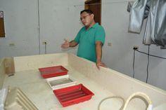 El Lic. Suaste dándonos una explicación sobre el revelado fotográfico en el área húmeda del laboratorio.