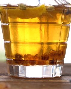Winterlikör mit Kandis [Anzeige] Make your liqueur with candy and cardamom fit for the winter [In kooperation mit Diamant Zucker] Summer Drinks, Cocktail Drinks, Cocktail Recipes, Cocktails, Drink Recipes, Diy Cadeau Noel, Food Tags, Winter Desserts, Liqueur