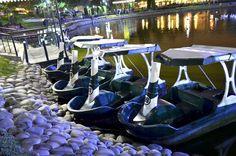 Embarcadero de botes pedalones en el parque de la amistad en Lima - Perú