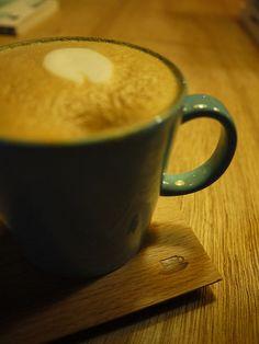 【[11]松山,a day 日常生活】隱藏巷弄裡的特色咖啡館,北歐風的設計,空間感很大,非常舒適的空間。除了咖啡,還有台灣茶及外國啤酒,餐點(鹹輕食)不多但很用心擺盤,還有一些北歐、日本、台灣雜貨小商品販賣,咖啡量小但味道濃郁,一桌一壺的啄木鳥水壺也好吸引目光。