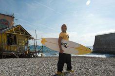 Découvrez les premières photos de Brice de Nice 3... Parce que le 2 je l'ai cassé ! avec Jean Dujardin qui reprend sa planche de surf.