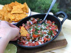 pico de gallo een mexicaanse salsa - Familie over de kook Cooking For Beginners, Beginner Cooking, Tex Mex, Salad Dressing, Chutney, Pesto, Dips, Salads, Bbq