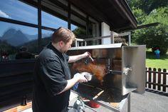 Spanferkel-Grill auf der See-Terrasse; BBQ am Seehaus am Riessersee, Garmisch-Partenkirchen, Bayern