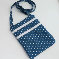 Print would look great with jeans! Crossbody bag made using the #zipandgo pattern from Erin @dogundermydesk. -michele . . . . . #crossbodybag #slingbag #handmadebag #travelbag #casual #casualstyle #momlife #momstyle #style #accessories #blue #zipandgobag #zippers #giftsforher #christmasgifts #shopping #shophandmade #casualfriday #zookaboo