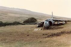 Harrier of It Lost power on landing at Port San Carlos airstrip. Hit the strip hard and skidded to a halt, June 1982 Military Jets, Military Aircraft, Tupolev Tu 144, Aviation Accidents, Post War Era, Falklands War, Experimental Aircraft, Royal Marines, Nose Art
