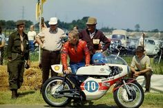 Dutch TT. In 1973 Teuvo Länsivuori had trouble with his bike during practice of the 350cc. Here is at the Bedeldijk, watching his colleagues.