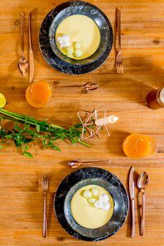 Creează o ambianță plăcută pentru cei dragi! Decorează-ți masa cu accesorii moderne în nunațe gold pentru un cămin primitor! Camembert Cheese, Modern, Food, Trendy Tree, Essen, Meals, Yemek, Eten