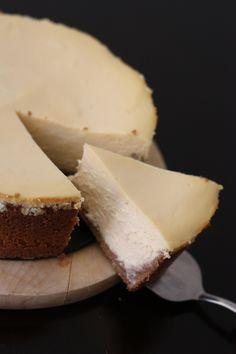 Le cheesecake NYC parfait; une recette de cuisine en scène Pour un moule de 20cm de diamètre (8 à 10 parts): 175g de biscuits complets au beurre 70g de beurre fondu 750g de philadelphia 150g de sucre de canne (dont 4 sachets de sucre vanillé) 3 oeufs + 2 jaunes 125ml de crème liquide