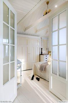 makuuhuone,makuuhuoneen sisustus,liukuovet,valkoinen