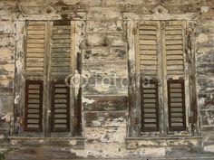 Fensterläden mit Lamellen an einer alten verfallenen Villa auf den Prinzeninseln im Marmarameer bei Istanbul in der Türkei