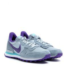"""JA Nike - Nike Women's Internationalist - Eine Sneaker-Legende ist zurück: Der """"Nike Internationalist"""" wurde erstmals Anfang der 1980er released, und zwar als Laufschuh, der sich damals vor allem bei Marathon-Läufern großer Beliebtheit erfreute. Jetzt bringt der Sportswear-Gigant mit dem """"Swoosh"""" die Neuauflage des Modells von 1981 auf den Markt - in gewohnt athletischer Retro-Silhouette und mit charakteristischer Nike Waffle-Sohle. Frisch ist auch der graublaue Farbmix mit lila Akzenten…"""